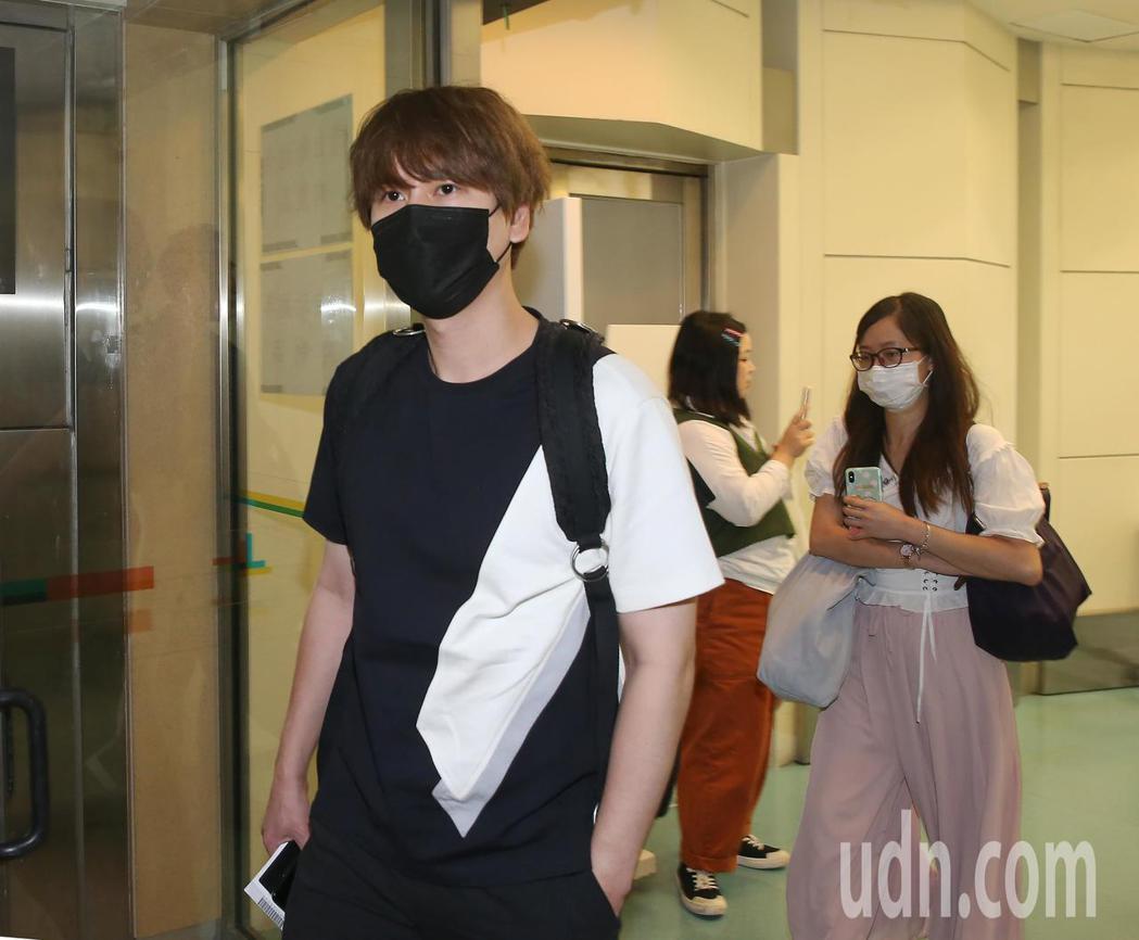 南韓團體Super Junior成員21日中午搭機抵達桃園機場,受到粉絲熱情迎接...