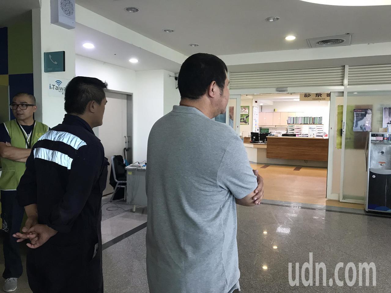 何姓男童父親(右2)得知兒子遭撞,心急趕到醫院。記者王燕華/攝影