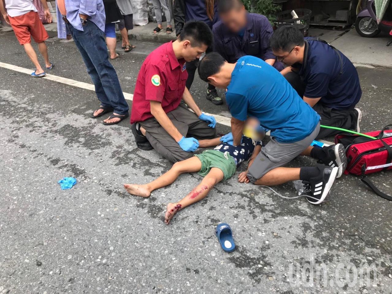 小一何姓男童遭重機撞上,當場失去生命跡象,經送醫搶救恢復心跳。記者王燕華/翻攝