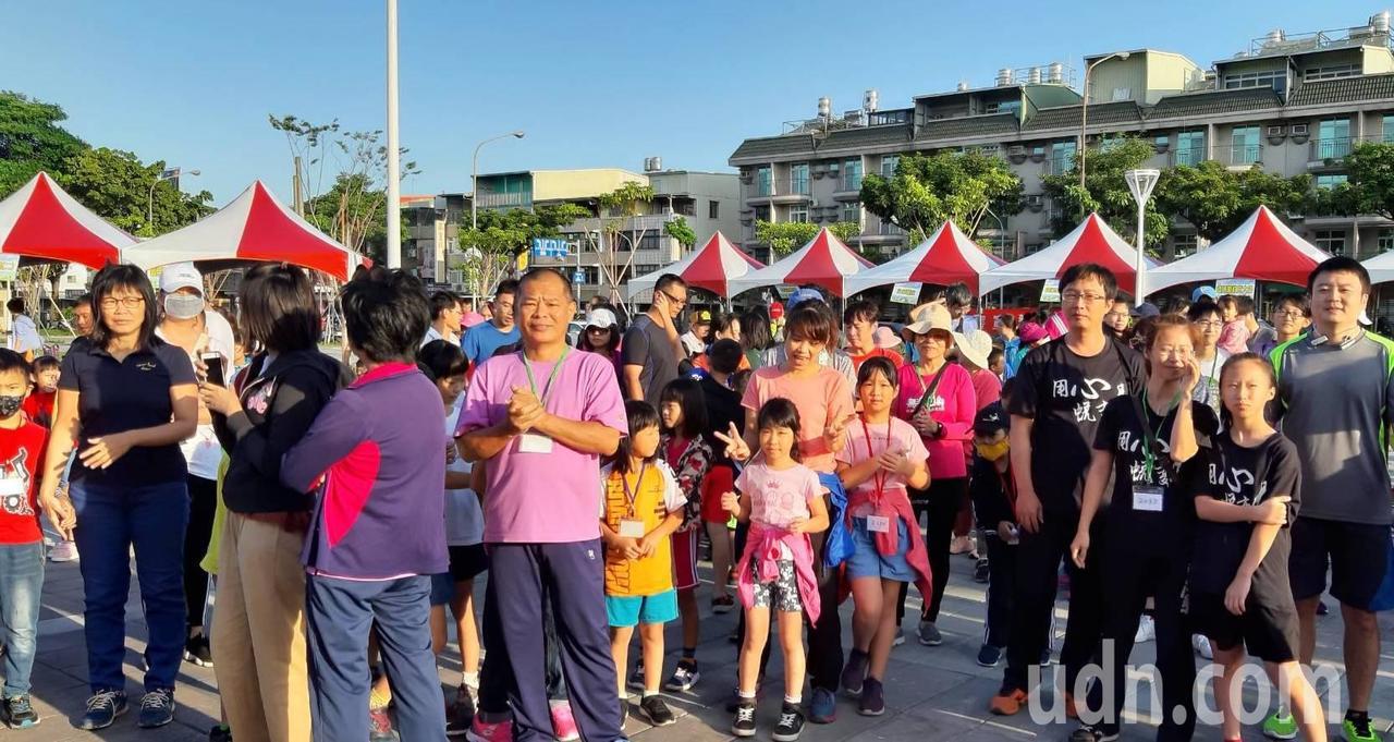 高雄市太平國小舉辦「社區親子暨校友路跑活動」,慶祝創校百周年。記者徐如宜/攝影