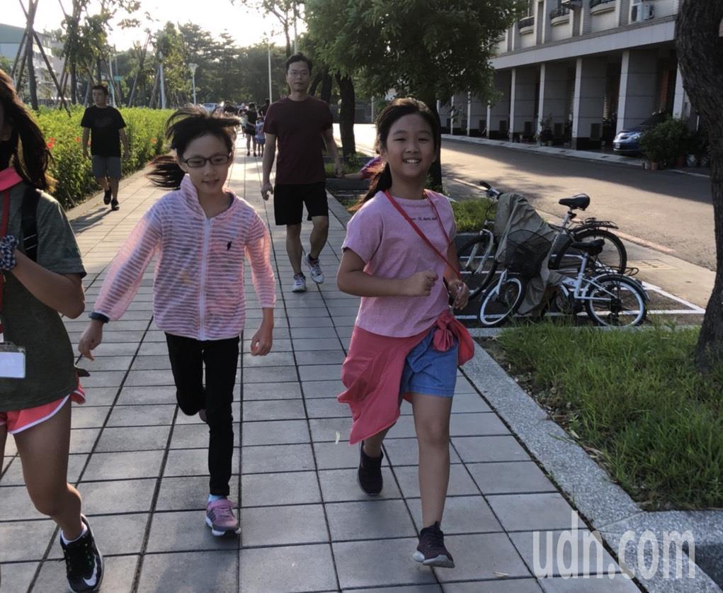 高雄市太平國小舉辦百周年校慶「社區親子暨校友路跑活動」。記者徐如宜/攝影