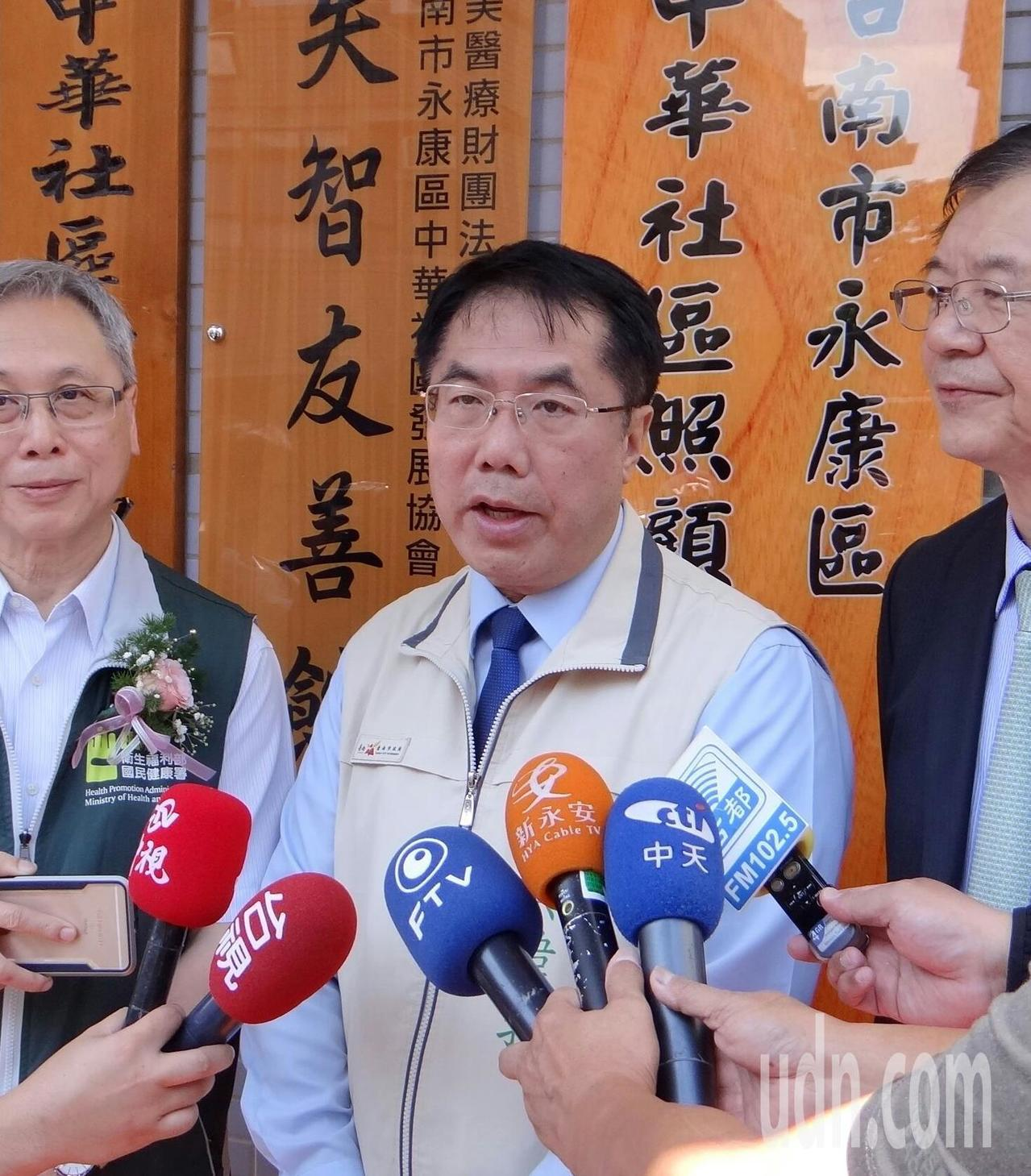 韓國瑜團隊批評蔡長照缺失,黃偉哲受訪時提醒「長照當槍,小心撿到假槍」。記者周宗禎...