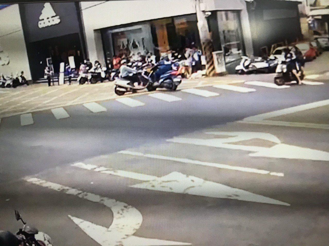 廖男機車與楊男機車發生碰撞,機車噴飛再撞一旁欲購買運動潮鞋排隊人龍,總共造成7人...