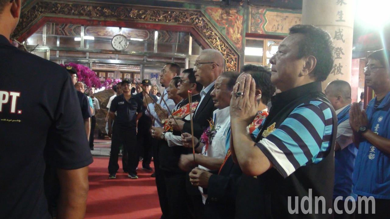 國民黨主席吳敦義今天下午到台中清水紫雲巖參拜。記者余采瀅/攝影