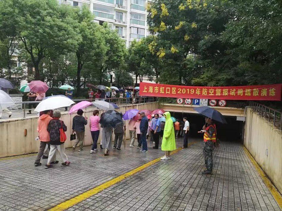 上海21日上午進行防空警報試鳴及防空疏散演練,共有176萬人參加演練。(取自《澎...