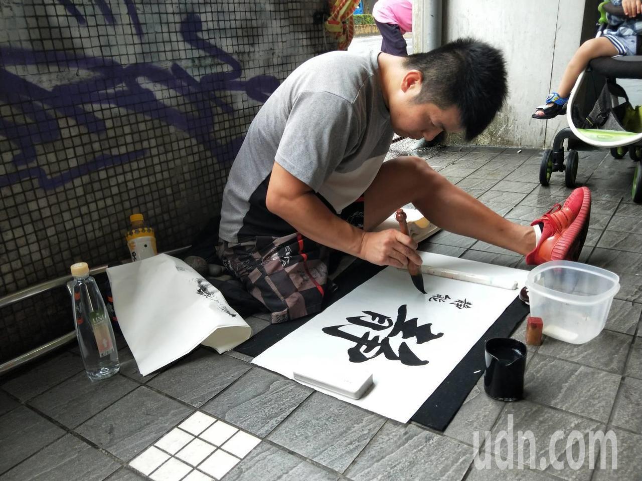 李陽表示,通常在每天中午12點左右,會在各捷運站出口附近,找塊空地待著寫字。
