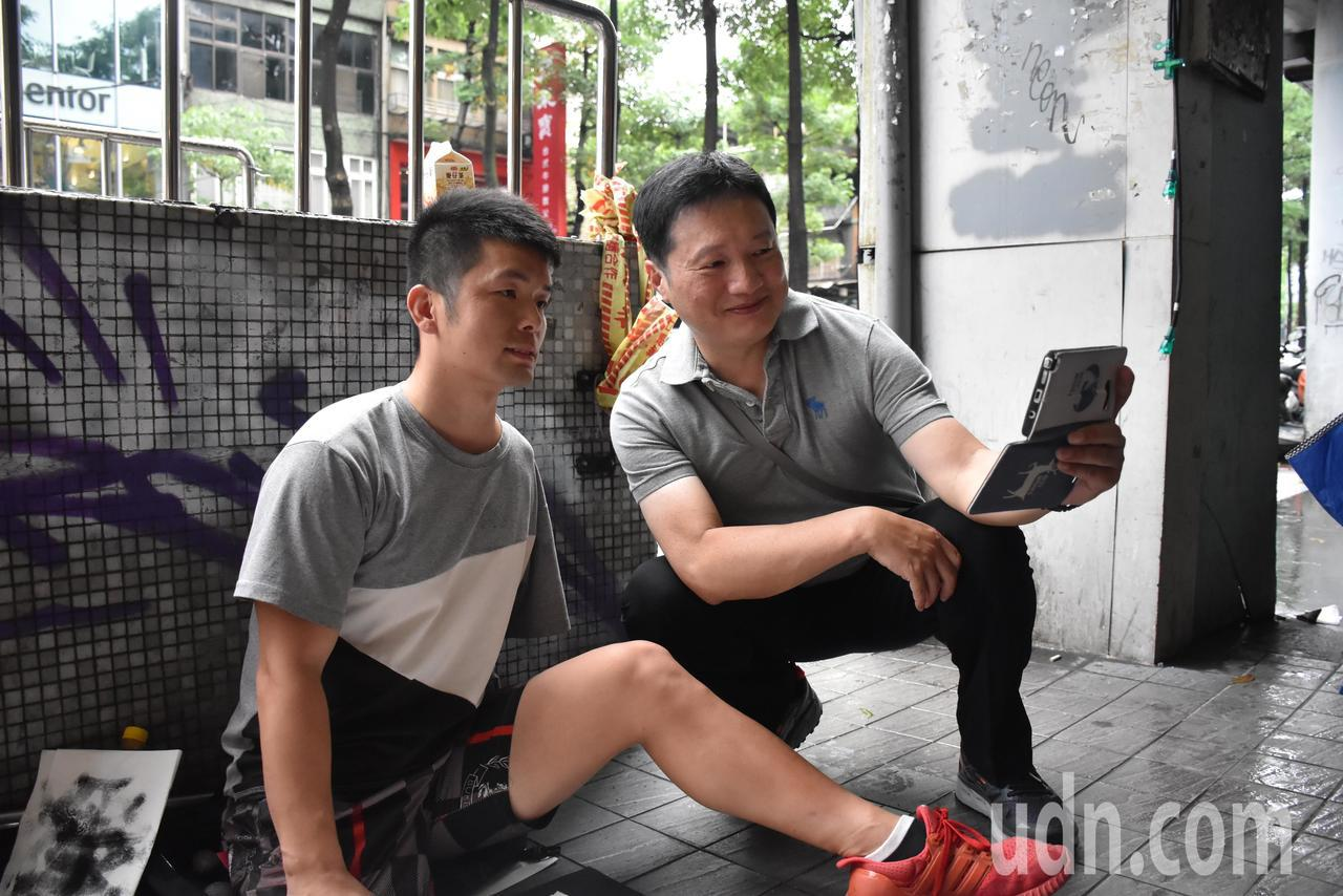 由於近日在社群網站轉傳李陽寫字的訊息,也有路人找他合照留念。記者江婉儀/攝影