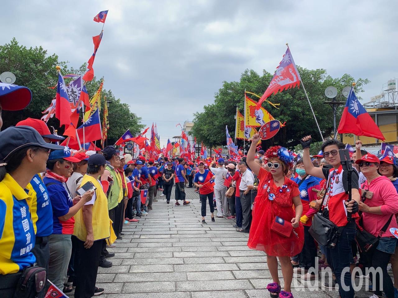 國民黨總統參選人韓國瑜到萬金聖母聖殿參訪,受到韓粉熱情包圍。記者翁禎霞/攝影