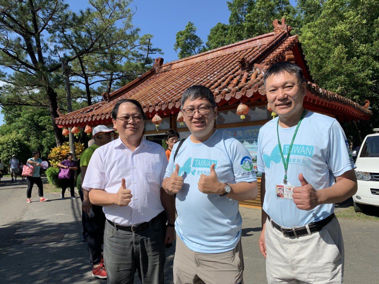 台南市觀光旅遊局長陳信安(中)表示將全力爭取經費,恢復虎頭埤內的新化神社歷史文化...