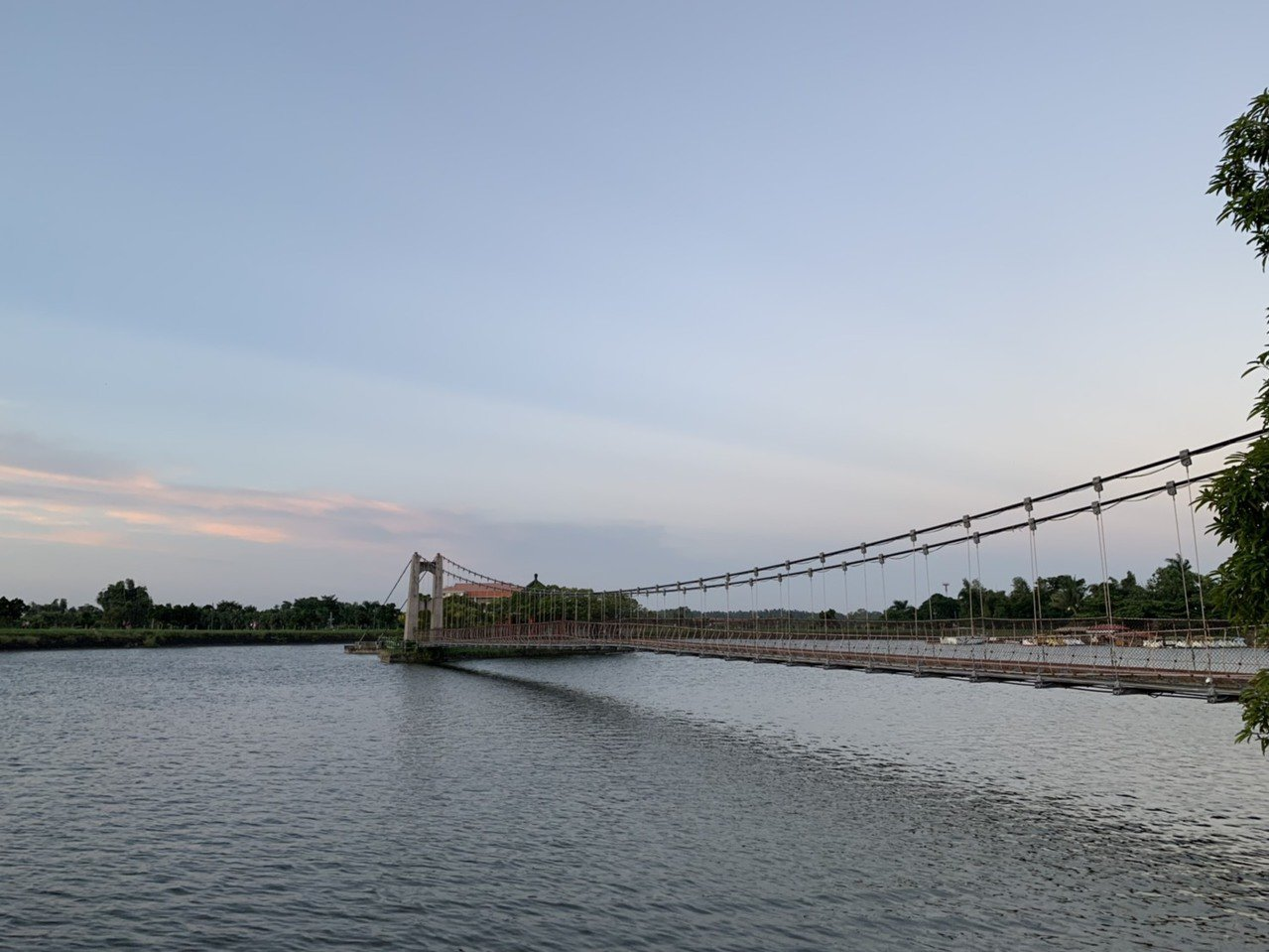 台南市觀光旅遊局長陳信安指虎頭埤虎月吊橋附近,曾有一座水神社稱為「水天宮」。記者...