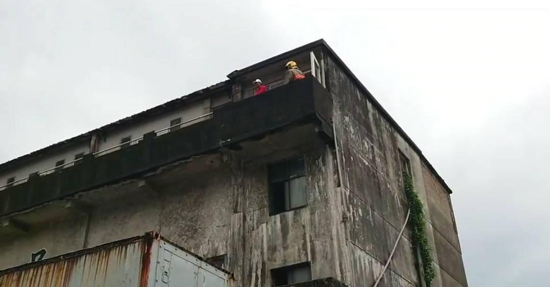 基隆八斗子北都冷凍廠火警,頂樓冒煙消防人員灌救。記者游明煌/攝影