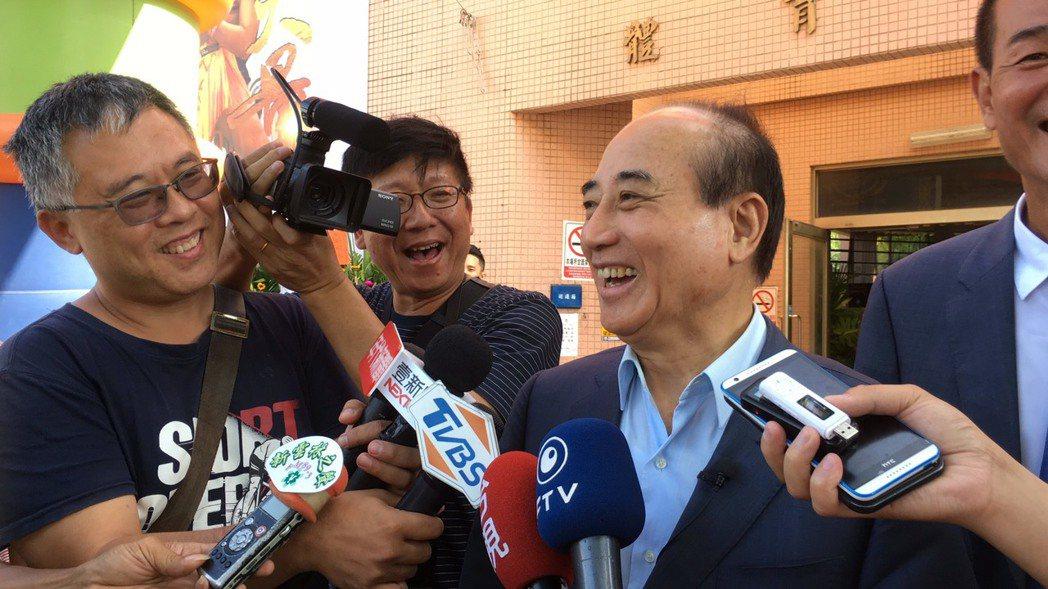 王金平今被問到是副手問題,一時語塞,有媒體代答說「是後面那位嗎?」王金平一轉頭,...