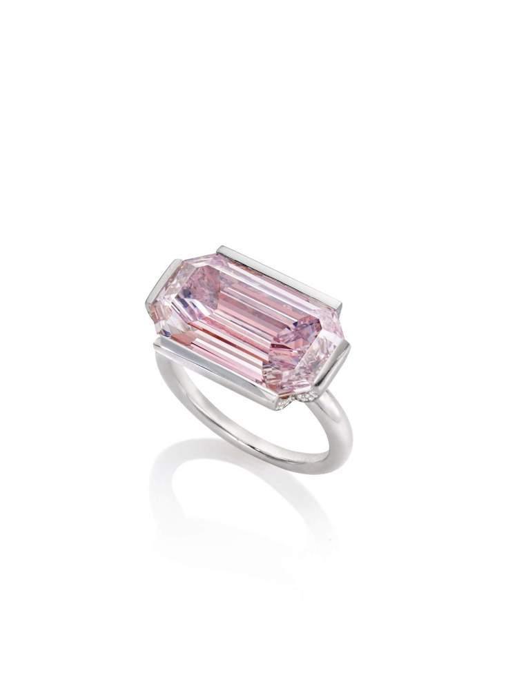「傾城」戒指,鉑金及18K玫瑰金鑲嵌7.00克拉濃彩紫粉紅色方形鑽石。圖/蘇富比...