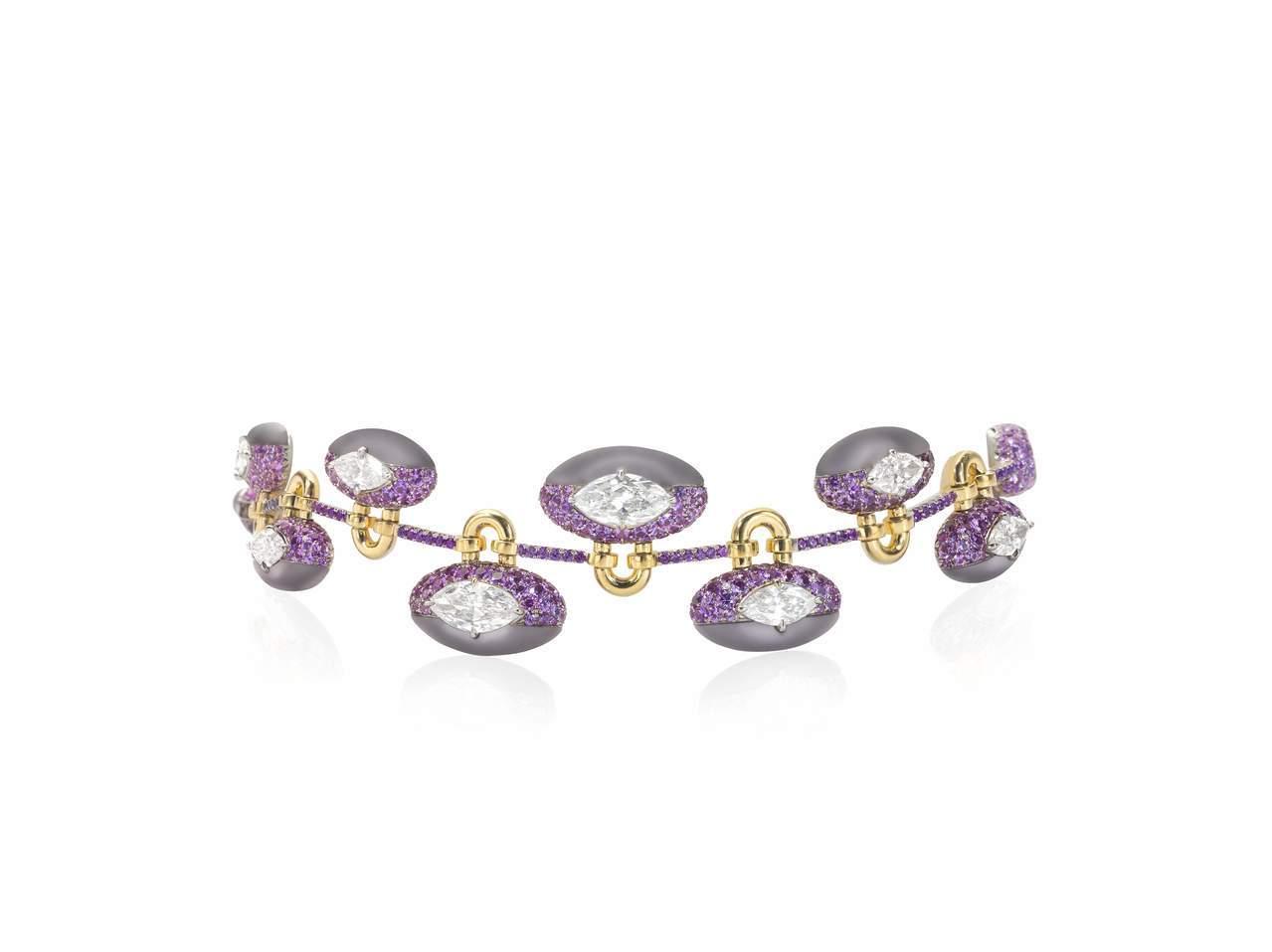 「同心扣」手鍊,18K黃金鑲嵌淡紫色玉髓、8顆馬眼形鑽石共10.13克拉。圖/蘇...