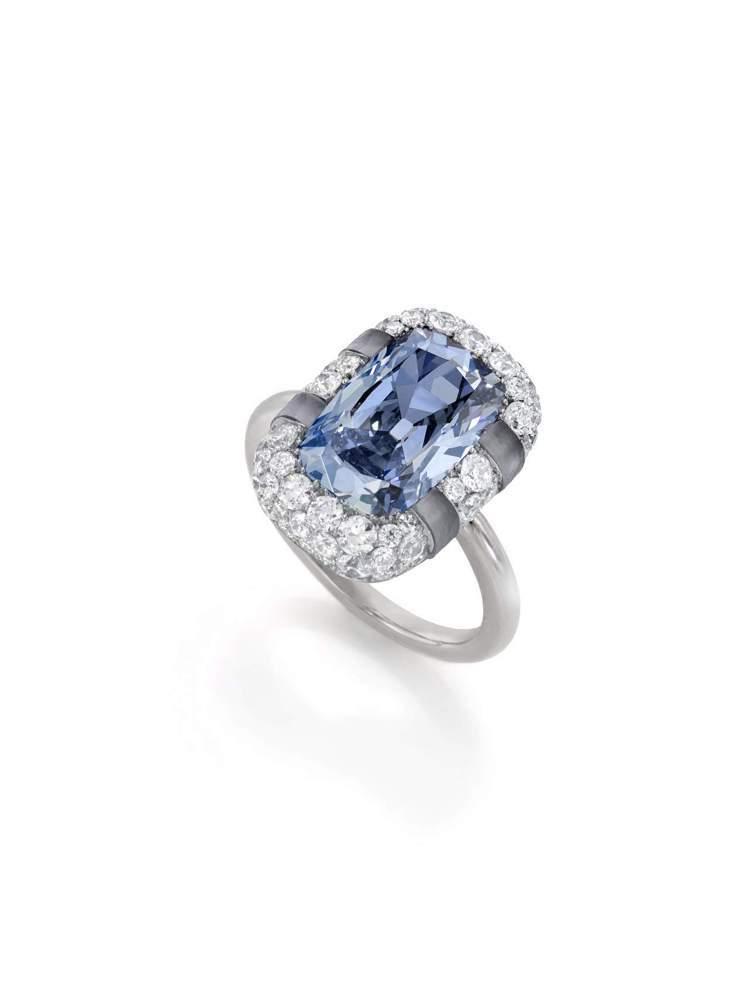 「喀耳刻」戒指,18K 白金鑲嵌3.27克拉內部無瑕艷彩藍色枕形鑽石,周邊鑲鑽及...