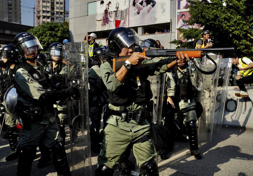 21日,一名香港警察將槍口對準示威群眾。香港《南華早報》報導,中國軍方與執法機關...