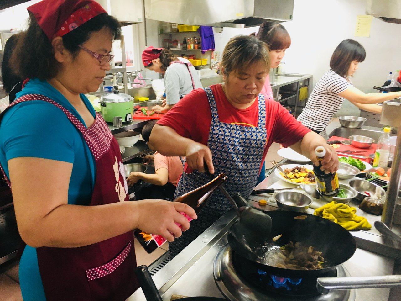 苗栗家扶中心開辦家長生涯方案,今年考量未來就業市場需求,延續前3年的烘焙課程,開...