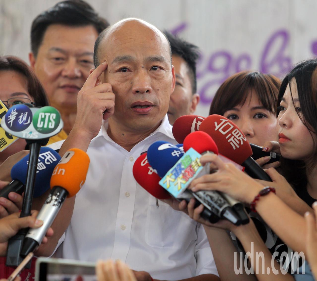 國民黨總統參選人韓國瑜認為台灣人民已經越來越聰明,不要把一切的問題拉到藍綠的政治...