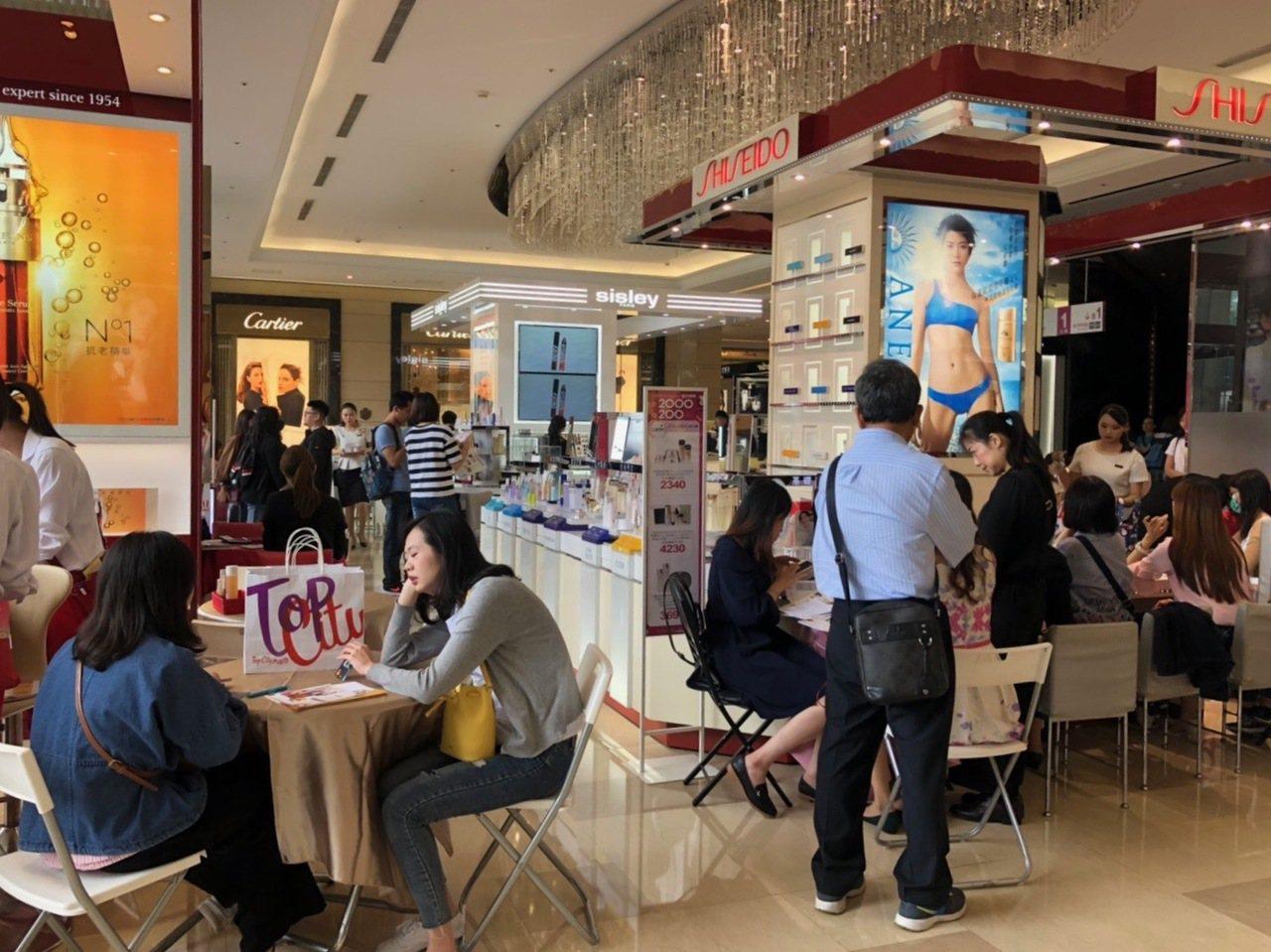 中部地區各百貨周年慶暖身開打,化妝品滿千送百開始預購,一名消費者在1樓化妝品區消...