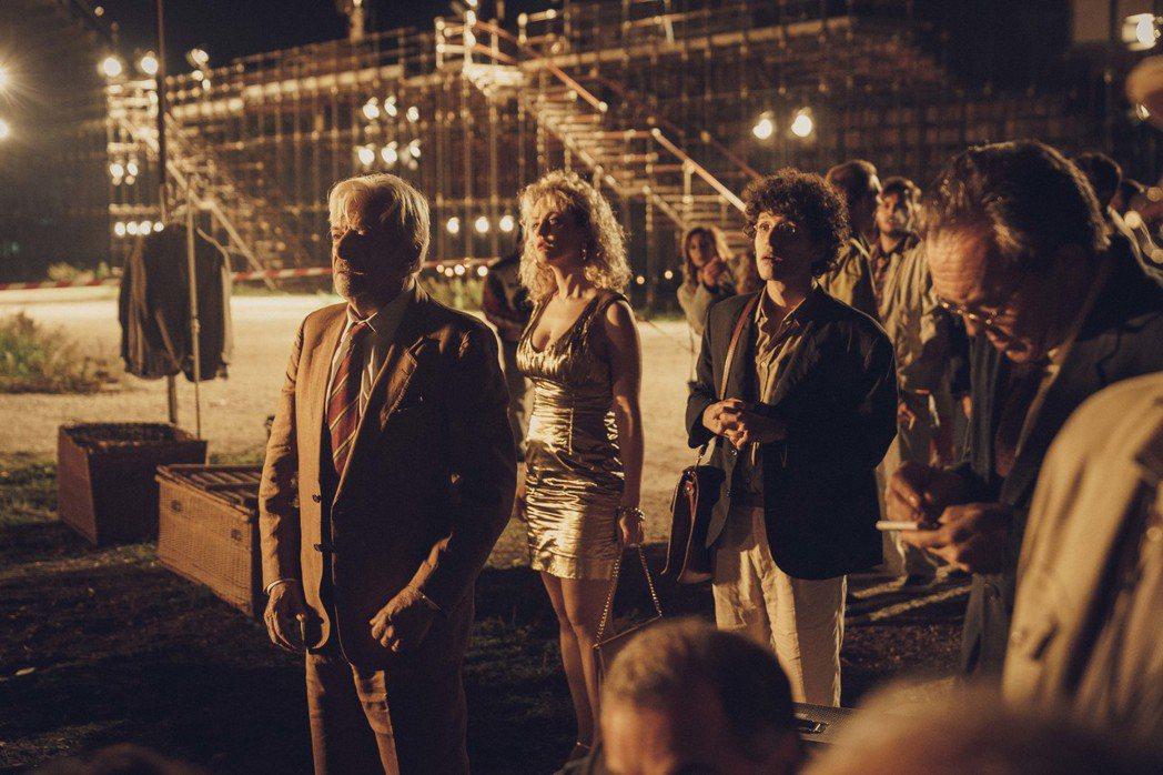 《魔力抓狂夜》片中,主角群觀看名導費里尼拍片。圖/亮點國際影業提供