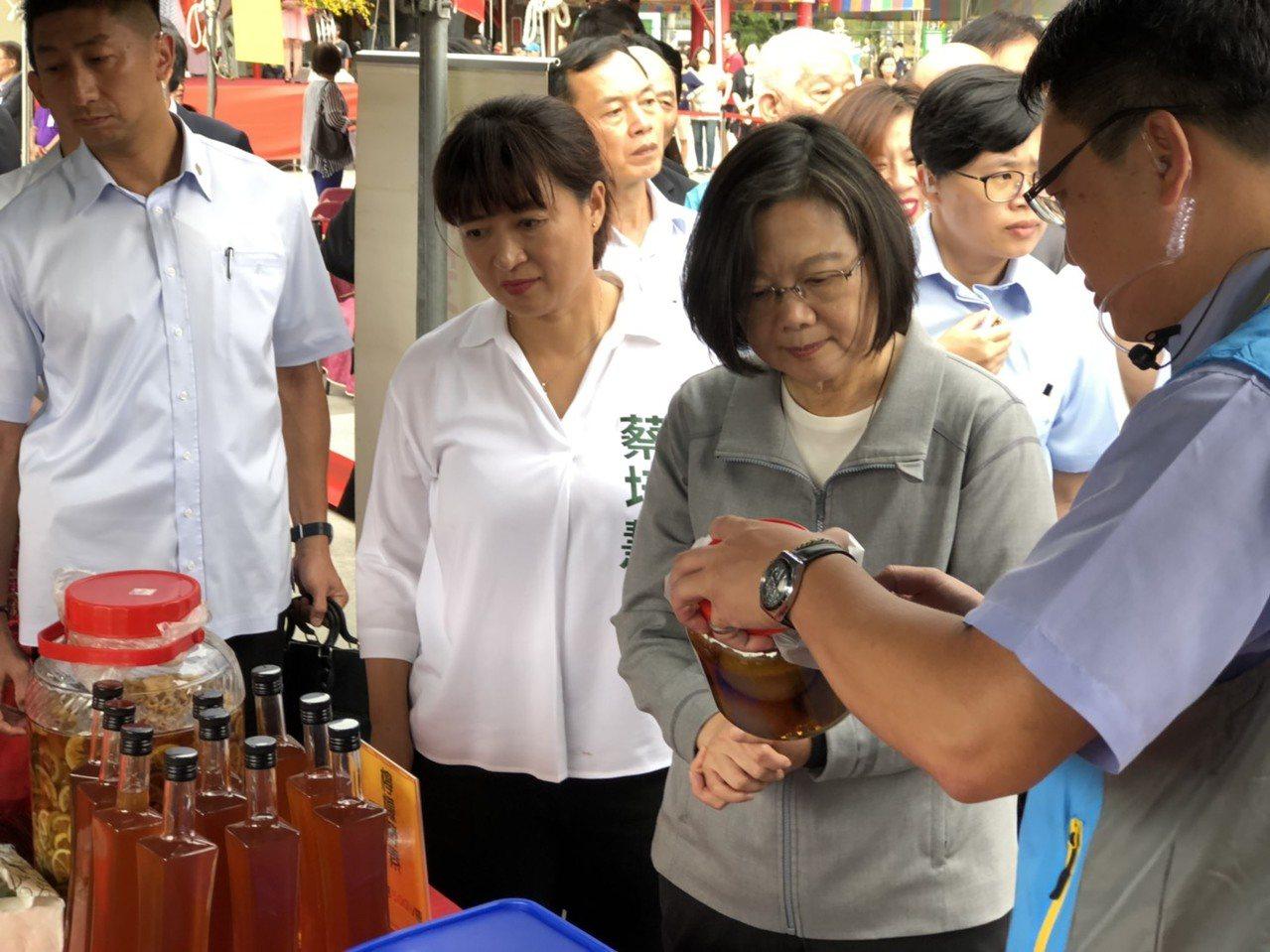 總統蔡英文今天到南投參訪,她說,國際局勢動盪,但台灣在國際上還有很多好朋友,她也...