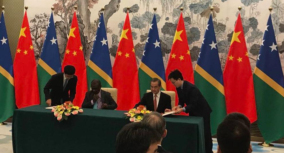 大陸國務委員兼外交部長王毅21日在北京與索羅門群島外交部長馬內萊舉行會談,並簽署...