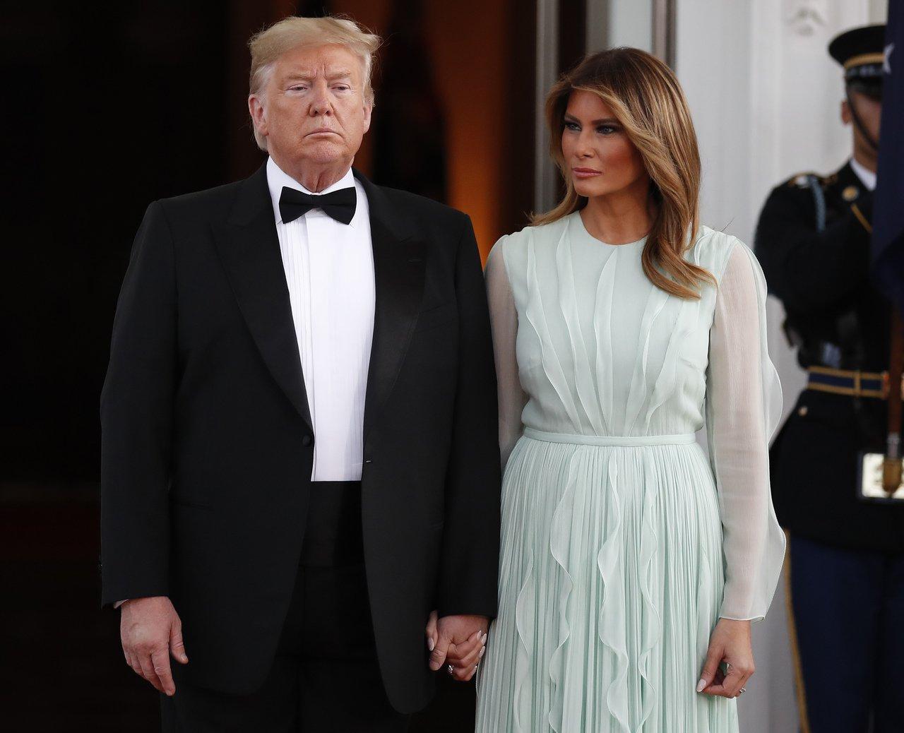 美國第一夫人梅蘭妮亞(右)出席國宴的禮服很吸睛。美聯社