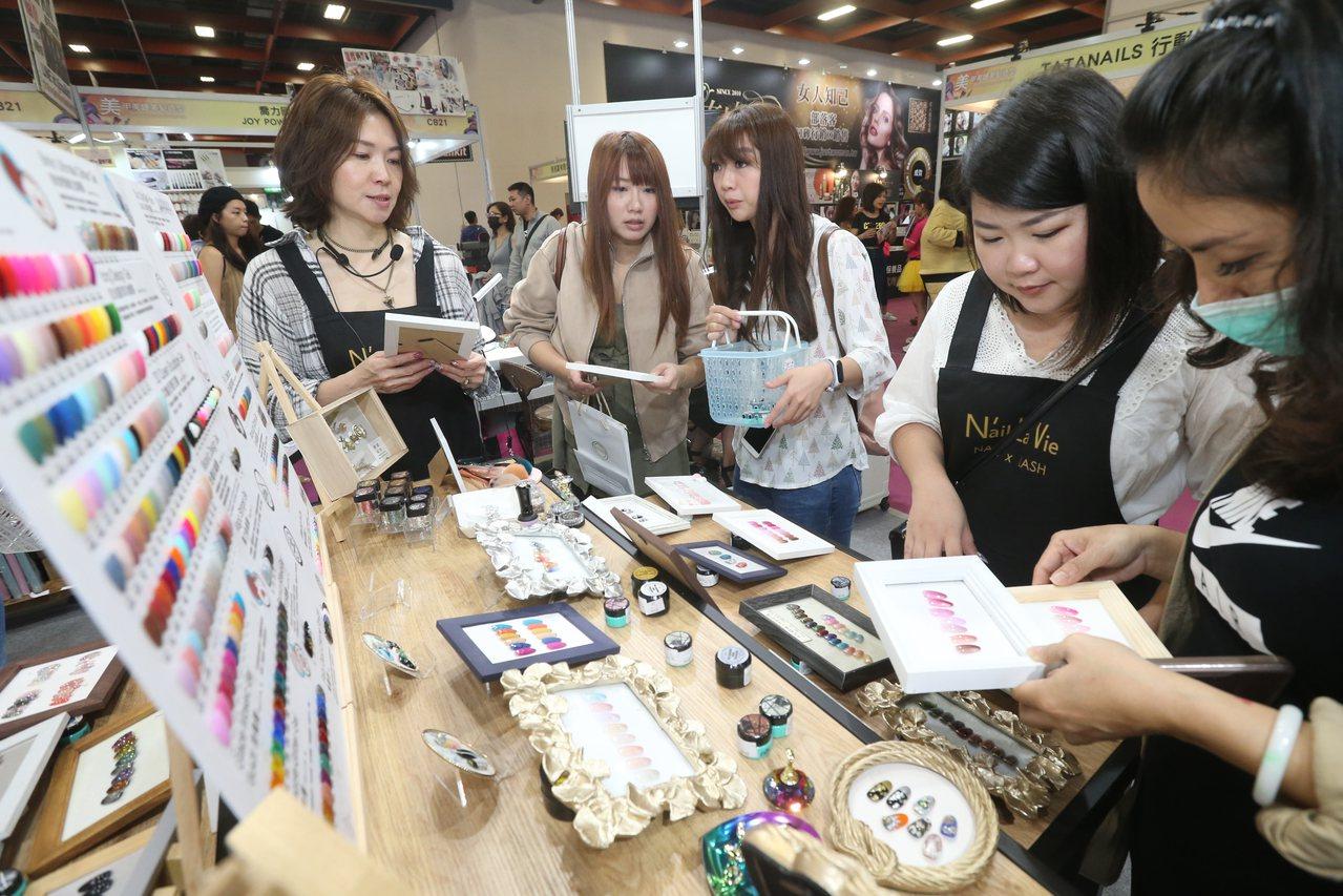 2019台北秋冬國際美容化妝品展的美甲攤位是高人氣焦點。記者許正宏/攝影