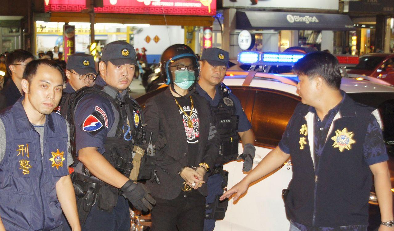 網紅連千毅(右三)今天自新北市被警方押返高雄。記者林保光/攝影