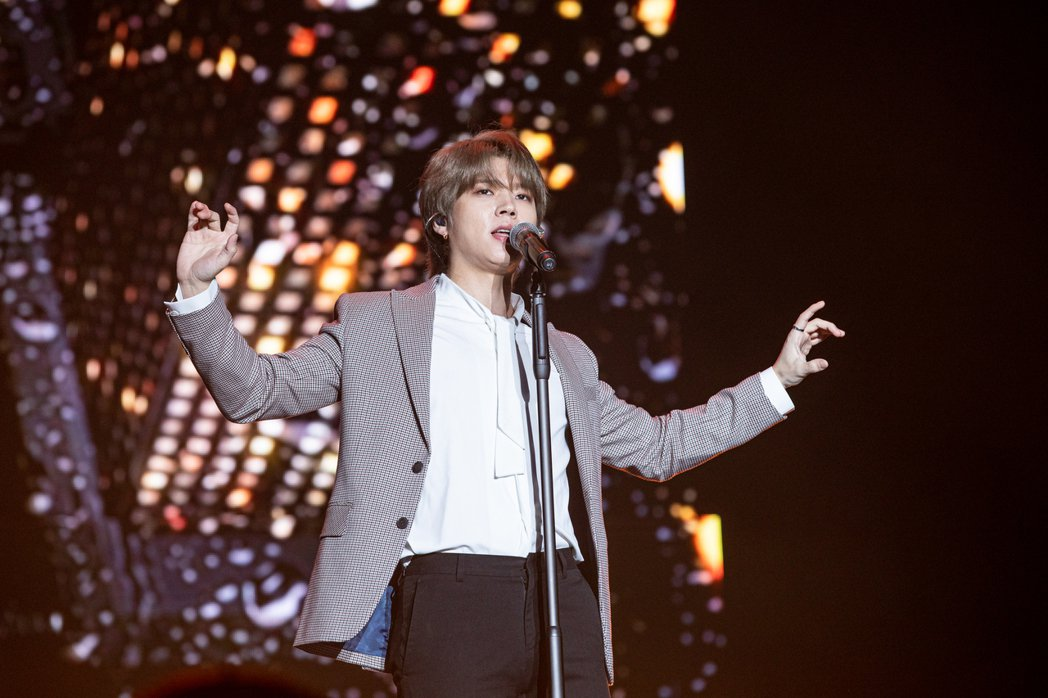 南優鉉作勢吸其他歌手粉絲。圖/ON、希林提供