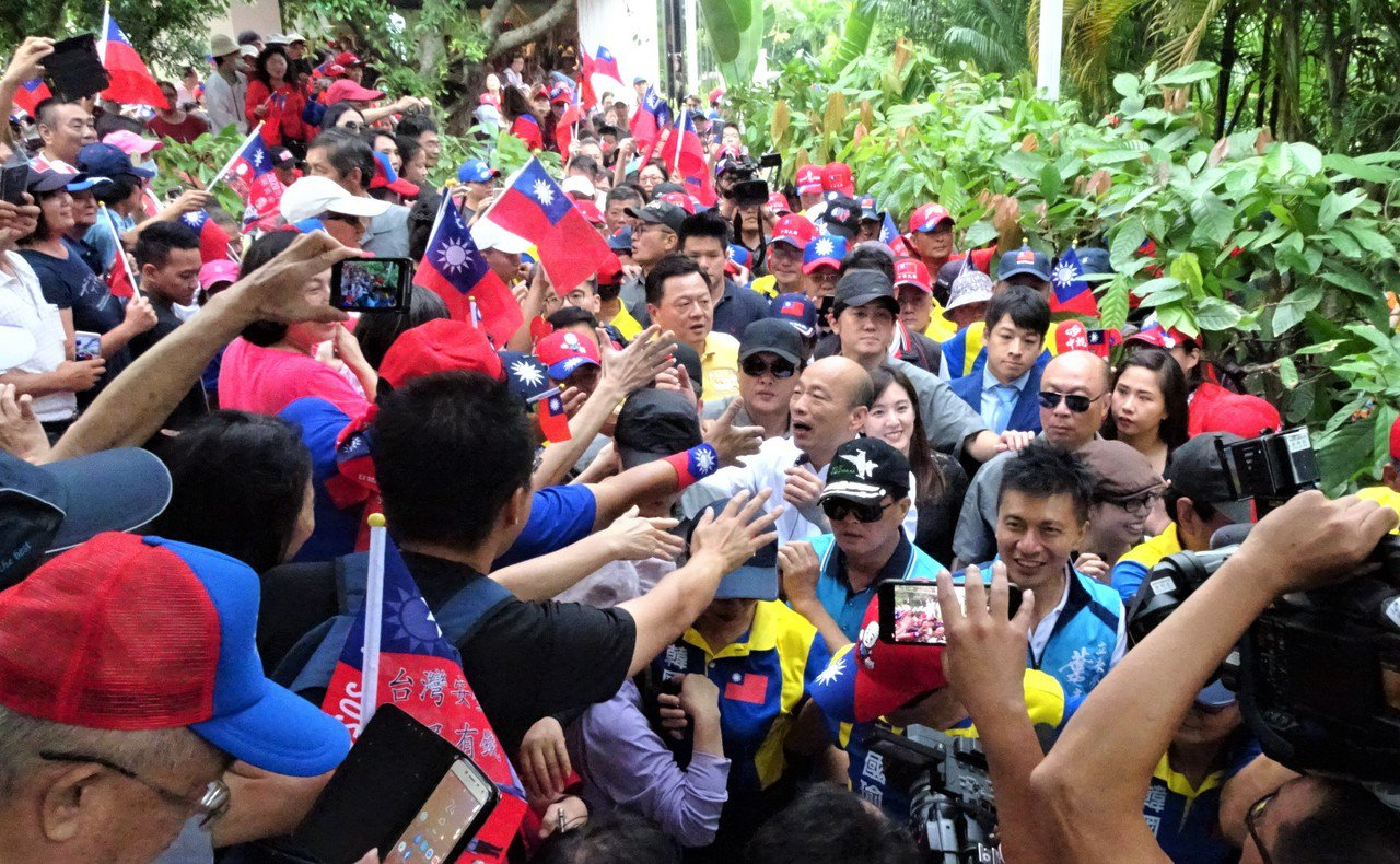 韓國瑜今天下午參訪曾獲世界巧克力大賽金牌獎的屏東縣東港鎮福灣莊園,受到身著國旗裝...