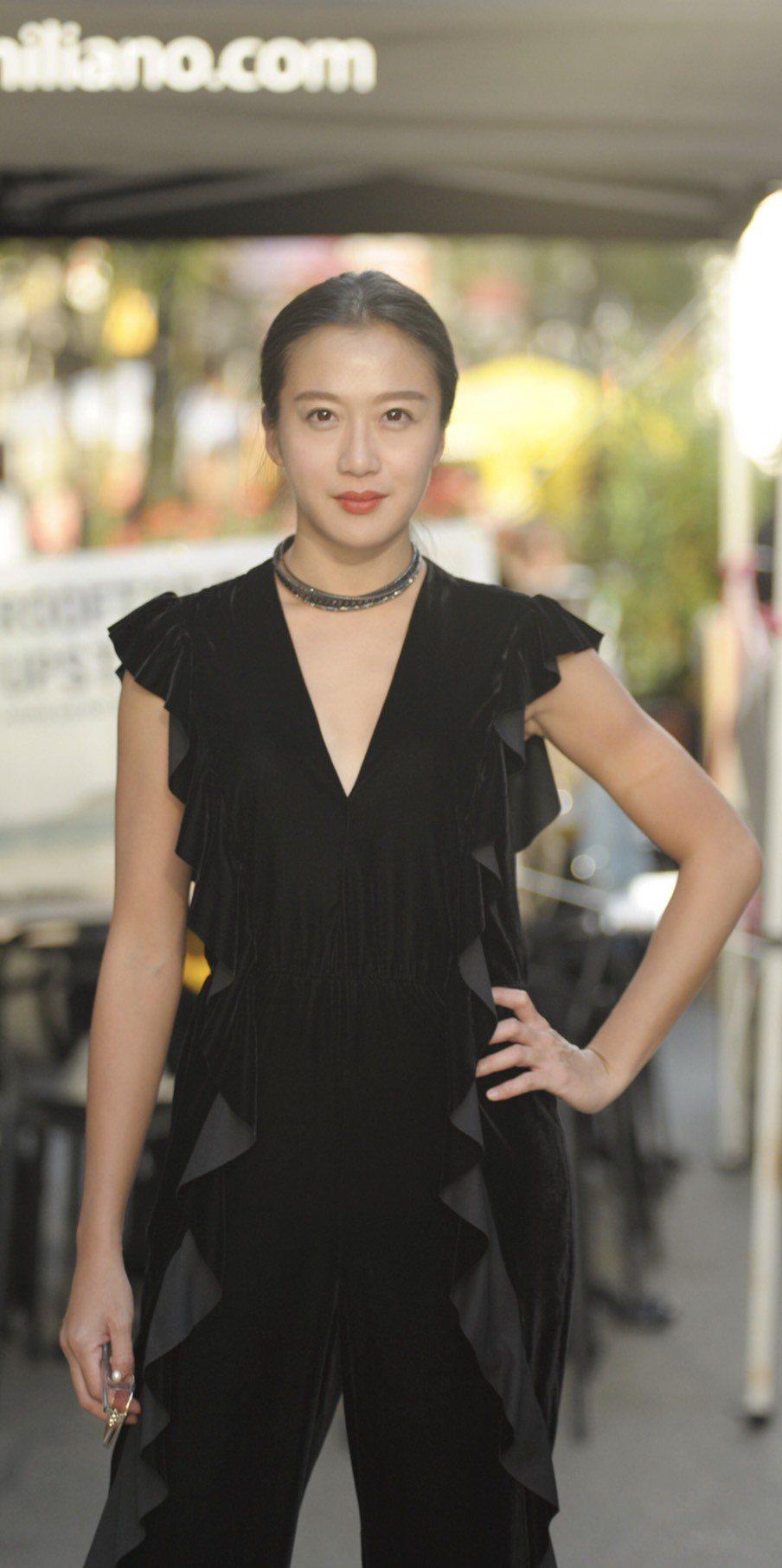 李相林參加多倫多影展,黑色優雅連身的深V褲裝,驚艶全場。圖/多大整合行銷提供