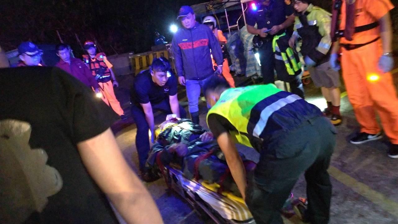 男子在象鼻岩釣魚被大海浪沖倒,頭部撞傷被救送醫。記者游明煌/翻攝