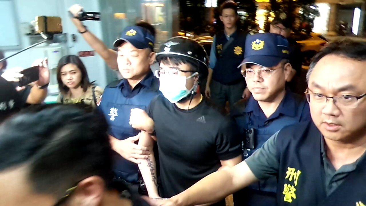 與網紅連千毅掀起「高雄直播之亂」的鄭又仁(戴口罩者)今晚被捕。記者林保光/攝影
