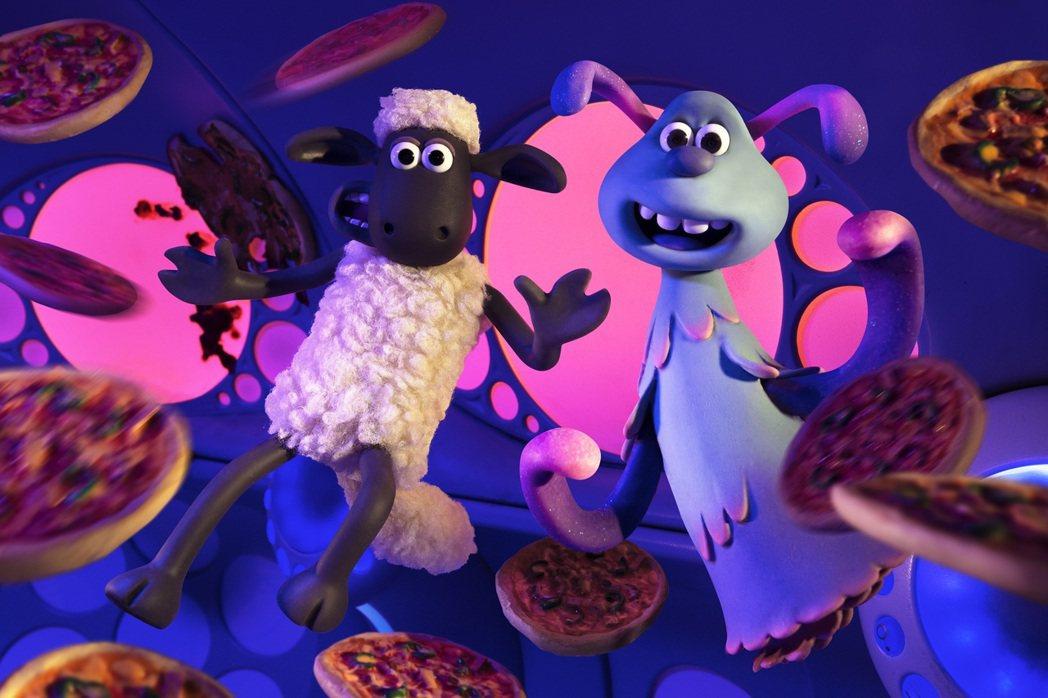 《笑笑羊大電影:外星人來了》打造出全新角色魯拉(右),與笑笑羊尚恩(左)展開大冒...