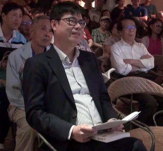 行政院副院長陳其邁(前)了解高雄市議會開會爭議之後表示,黨團協商用表決多數來處理...