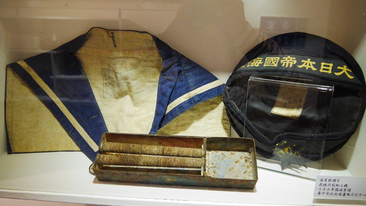 特展展出日治時期的海軍帽與領巾、裁縫用削粉土機。圖/臺灣客家文化館提供