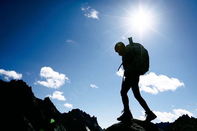 聯新國際醫院骨科主任侯咸仰醫師表示,以爬同一座山、同路線距離來看,肥胖者比瘦子吃...