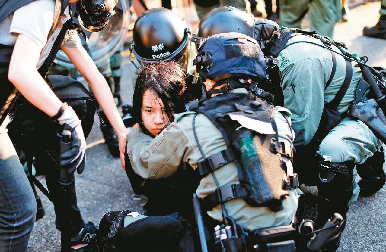 香港民眾昨舉行「光復屯門公園」遊行,警民再爆衝突,圖為警方拘捕參與遊行的示威者。...
