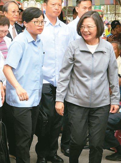 蔡英文總統(右)昨到雲林鞏固農業縣選票,隨後又回防中台灣,直攻挺韓的鐵桿區南投縣...