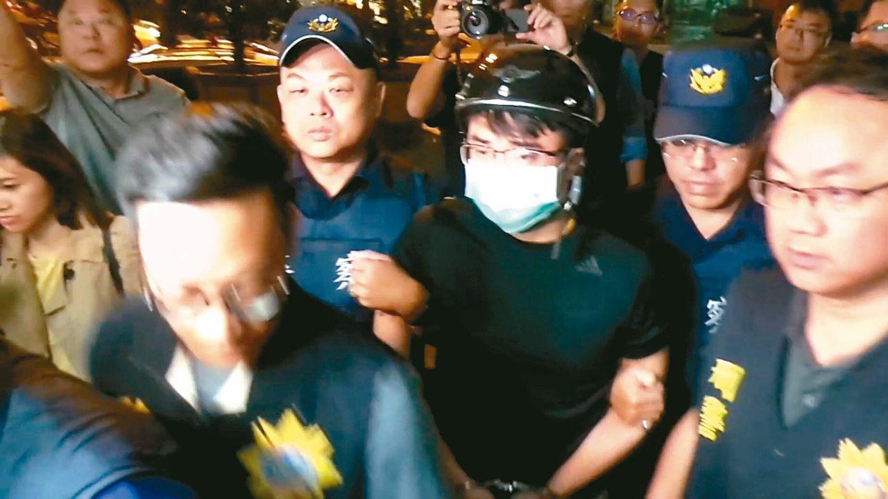 與連千毅掀起「高雄直播之亂」的鄭又仁(中)昨晚被捕。 記者林保光/攝影