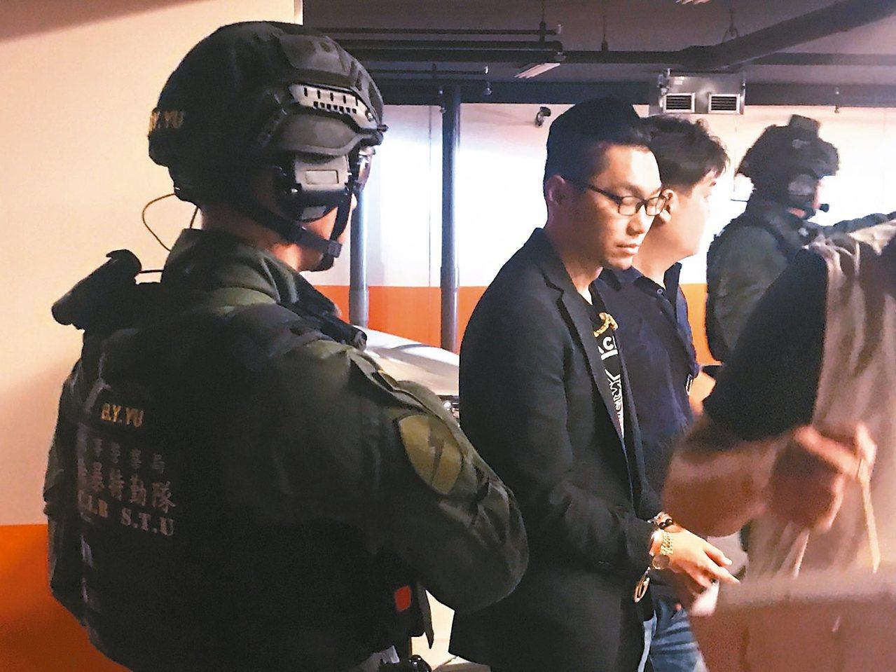 網紅直播主連千毅(左二)在新北市被捕。 記者林保光/翻攝