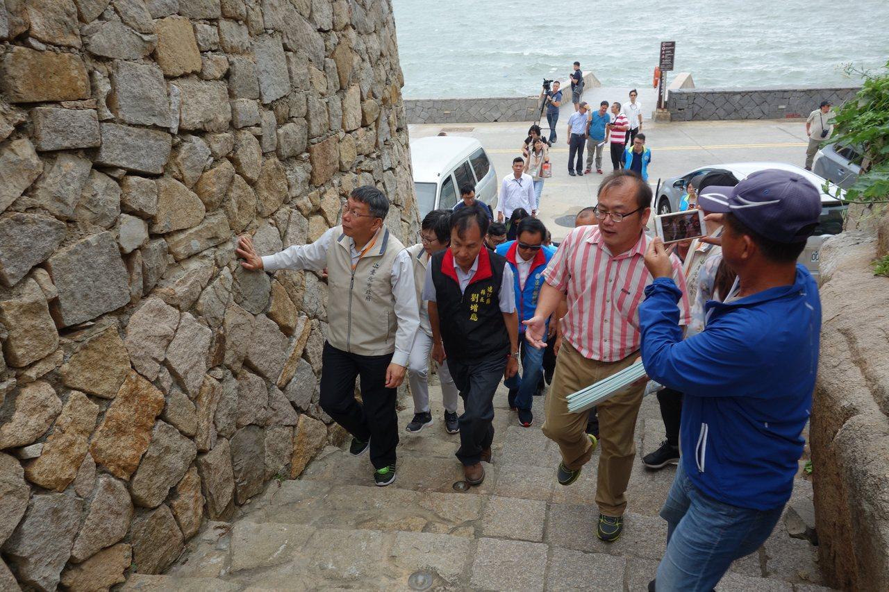 台北市長柯文哲昨到北竿參觀芹壁聚落。記者邱瓊玉/攝影