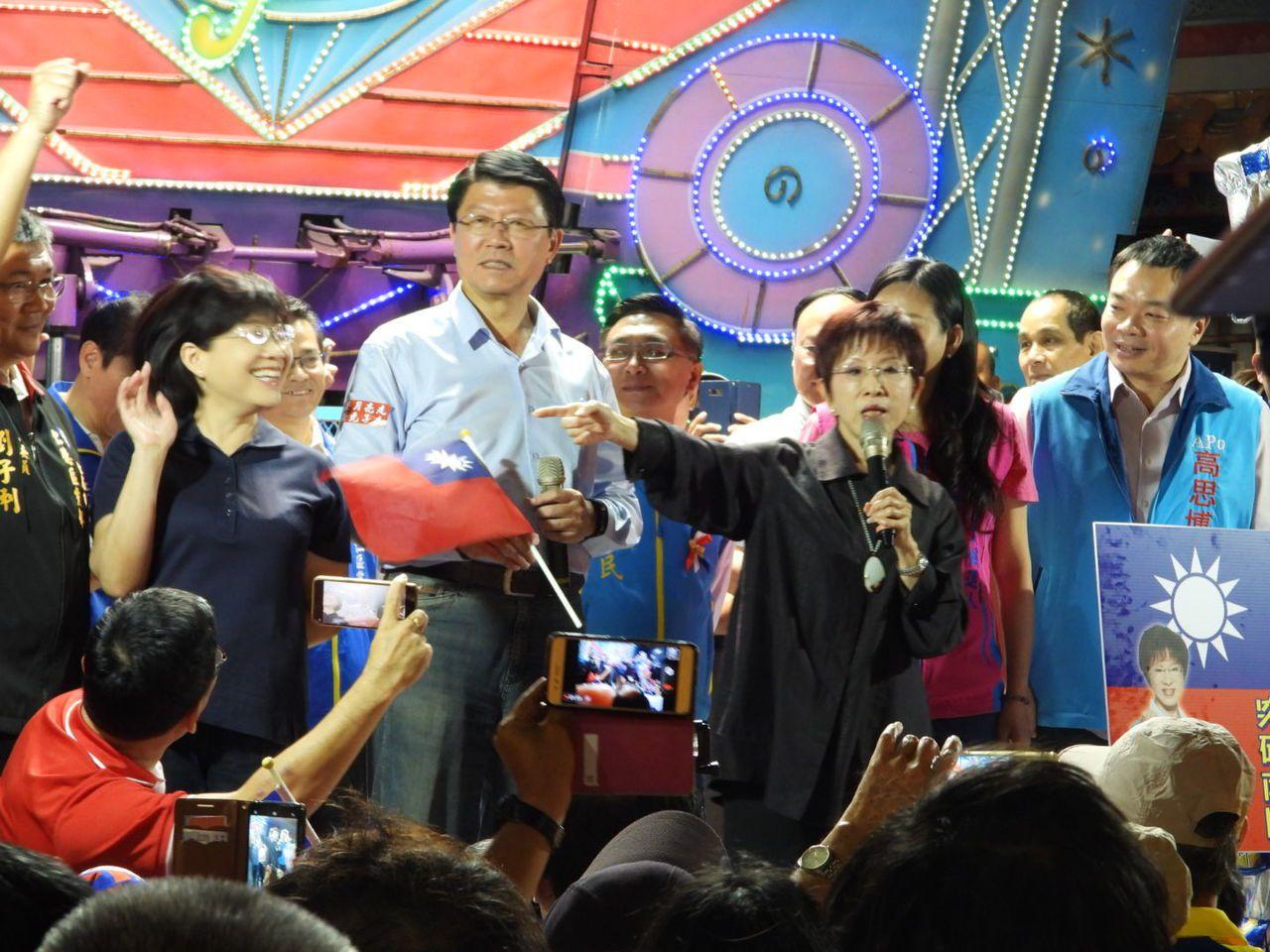 洪秀柱(右2)昨晚在台南造勢火力全開,重砲批評蔡英文。記者周宗禎/攝影