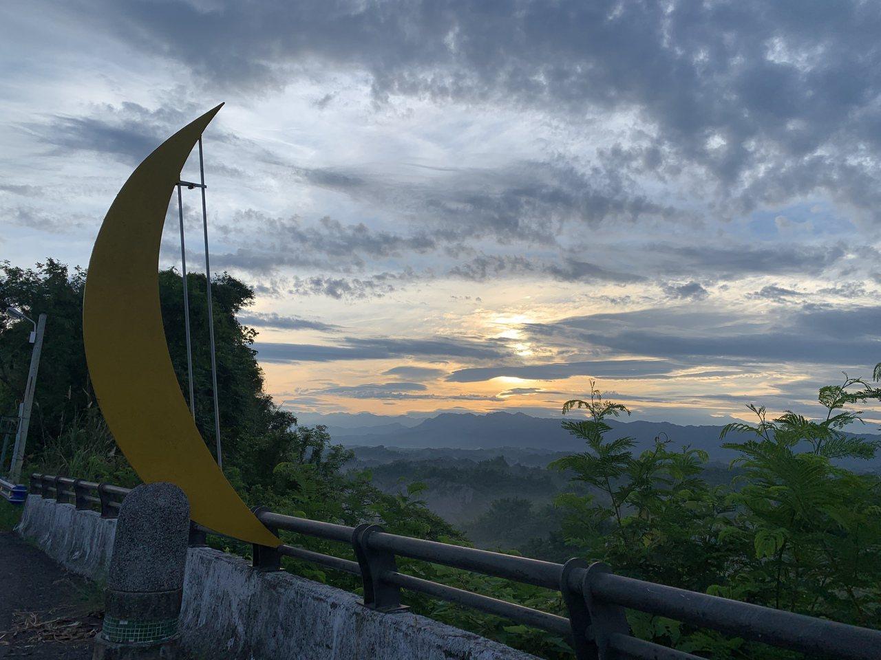 台南市打造「觀日奔月」公路,串連二寮觀日出到龍崎牛埔農塘月世界。記者吳淑玲/攝影
