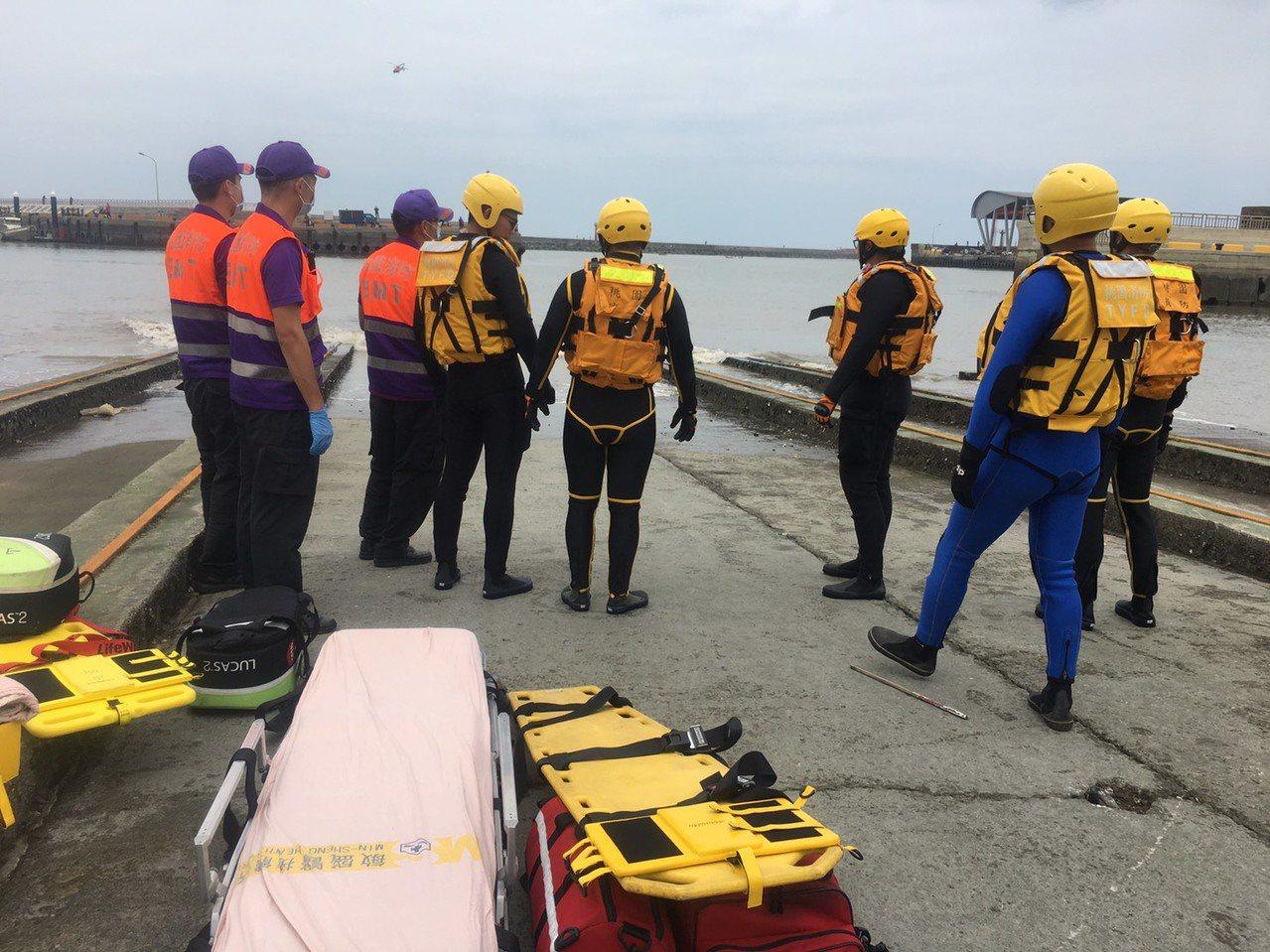 桃園市大園竹圍外漁船翻覆,海巡、桃園消防隊員前往救援。記者曾增勳/翻攝