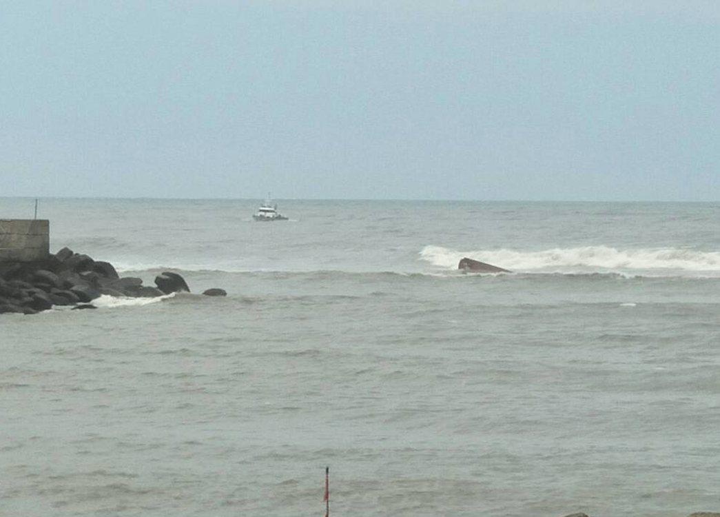 桃園市大園竹圍外漁船翻覆,海巡、桃園消防隊員救援中。記者曾增勳/翻攝