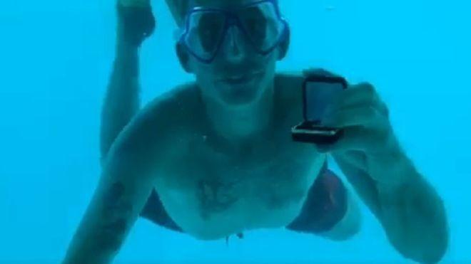 美國男子威伯在向女友進行浪漫的潛水求婚。翻攝自臉書@Kenesha Antoin...