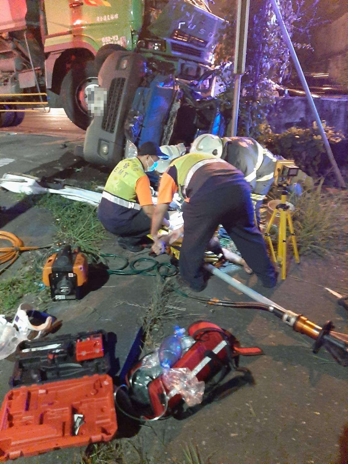 消防與救護人員搶救傷者。記者李京昇/翻攝