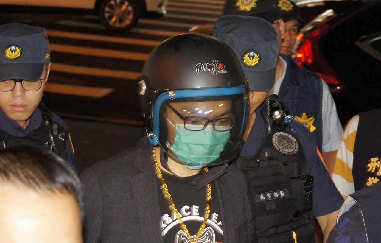 網紅連千毅被員警押返高雄,表情顯得落寞。記者林保光/攝影